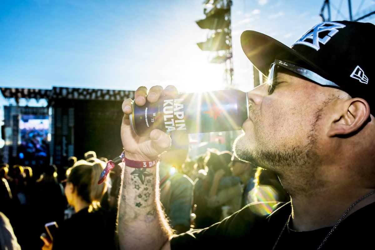Mies juo olutta.