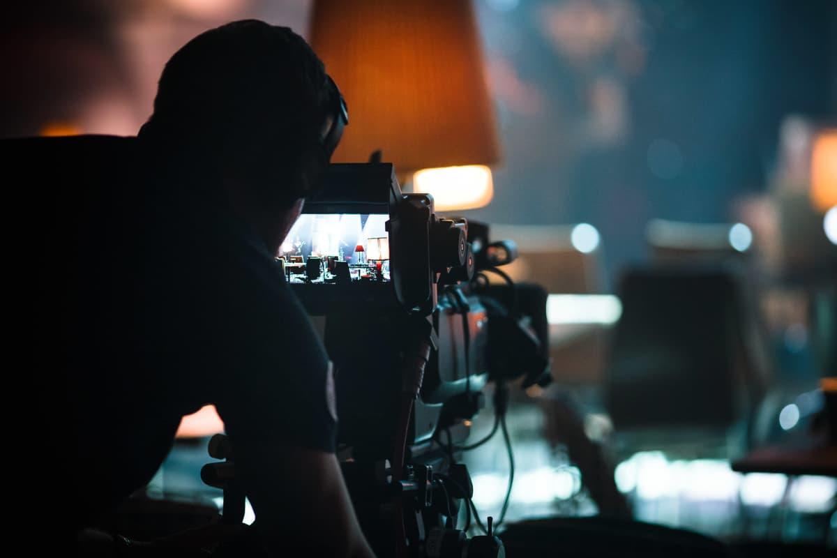 Kameramies kameran takana.