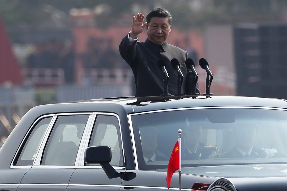 Kiinan presidentti Xi Jinping tarkisti sotilasparaatin Kiinan kansantasavallan 70-vuotisjuhlassa 1. lokakuuta 2019.