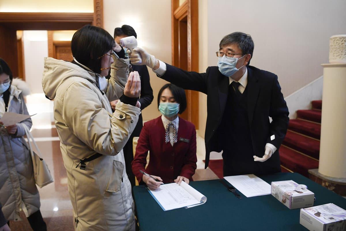 Journalistin lämpöä skannataa Pekingissä.