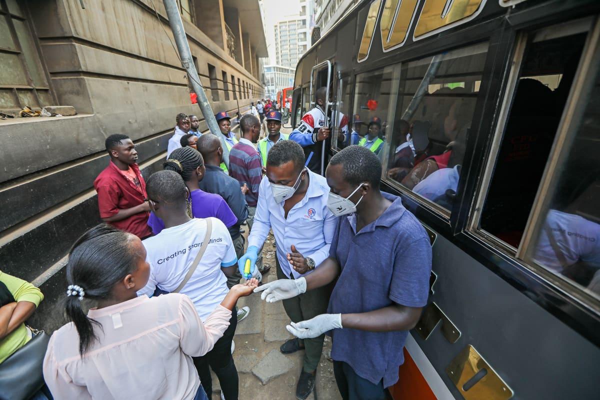Kenian joukkoliikenteen operaattorit desifioivat matkustajien kädet ennekuin matkustajat astuvat sisään.