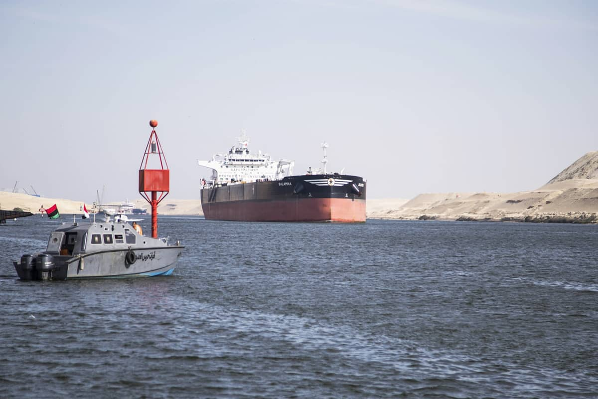 Öljytankkeri Suezin kanavassa Egyptissä.