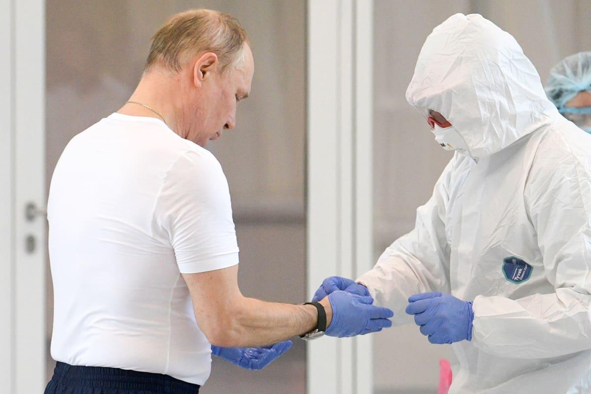 Vladimir Putin vieraili Kommunarkassa Moskovan seudulla tutustumassa tartuntatautisairaalaan 24. maaliskuuta.