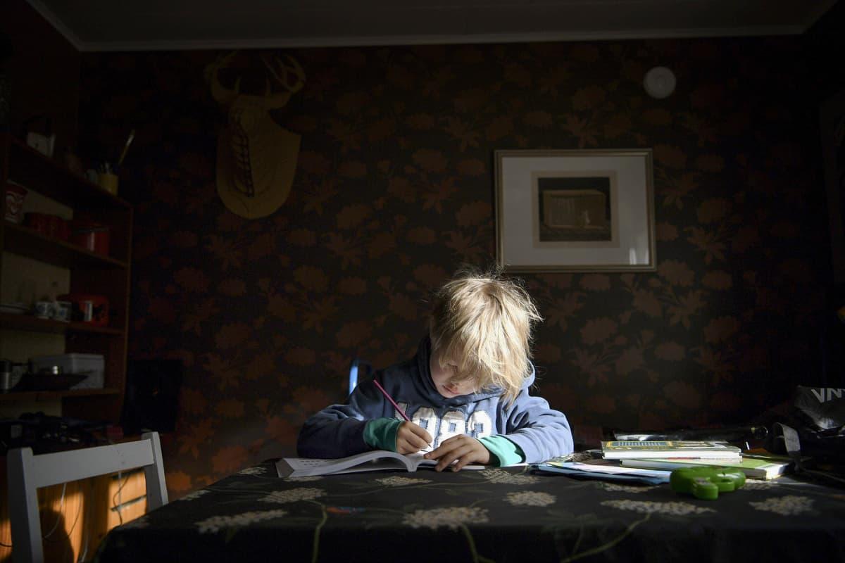 Koulusta koronaviruksen vuoksi kotiin jäänyt lapsi opiskelee kotona Helsingissä.