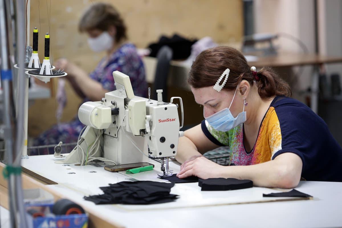 KAngasmaskien ompelua vaatetehtaalla Novosibirskissä.