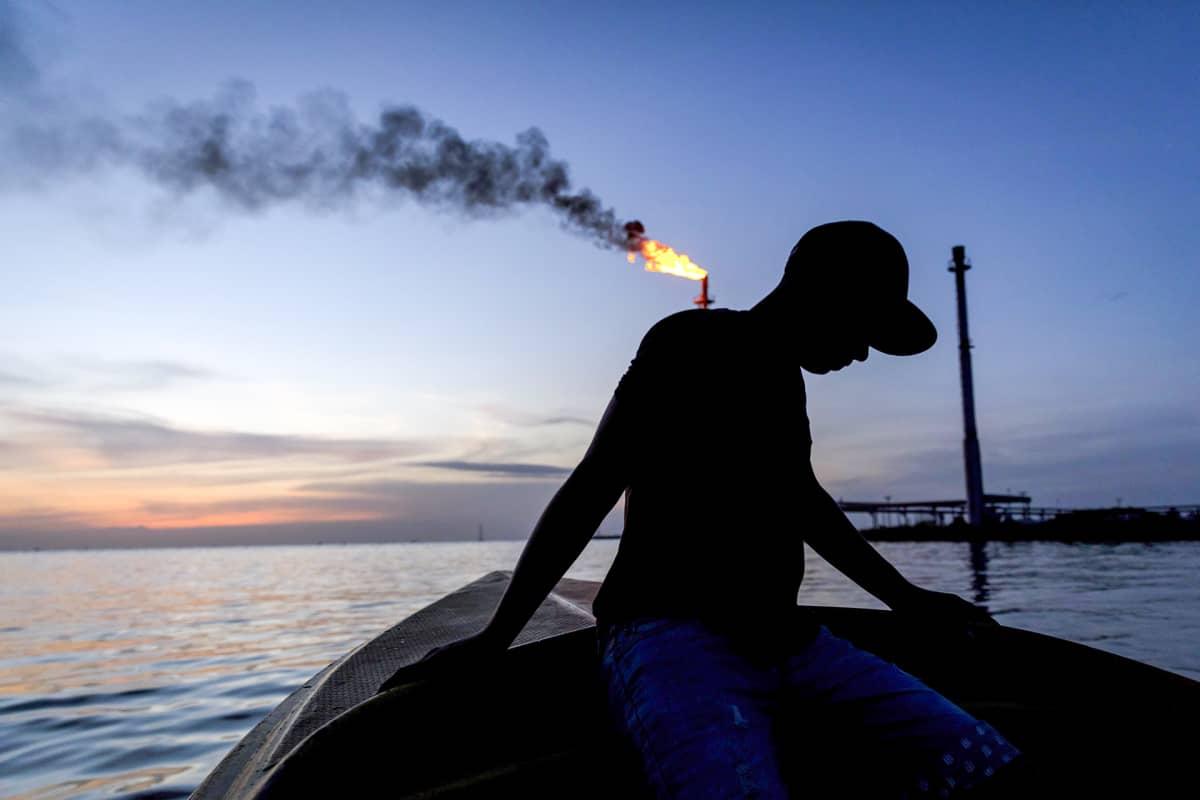 Kalastaja veneessä yö aikaan.