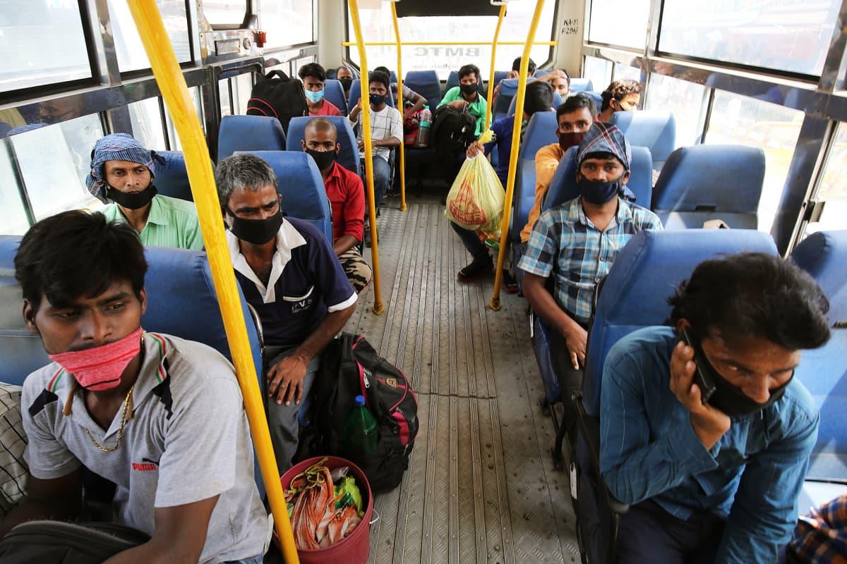 Bussimatkustajia Bangaloressa.