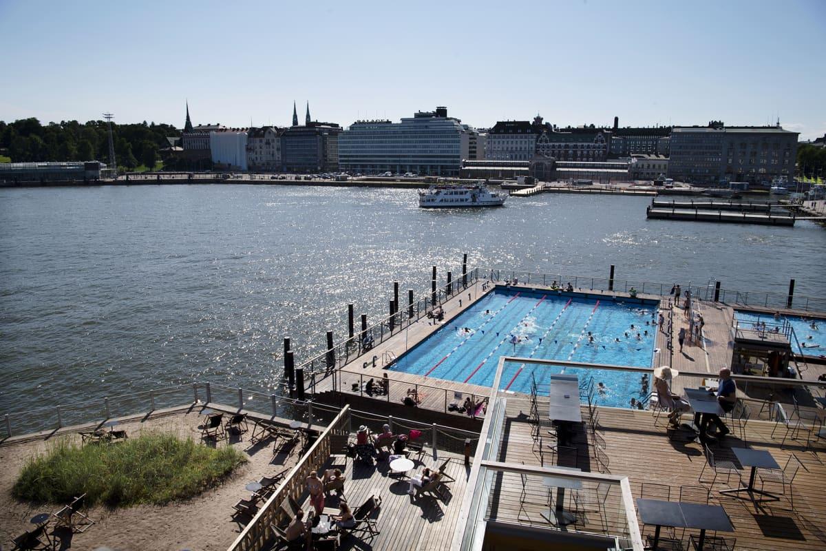 Uimareita Allas Sea Poolin uima-altaassa.