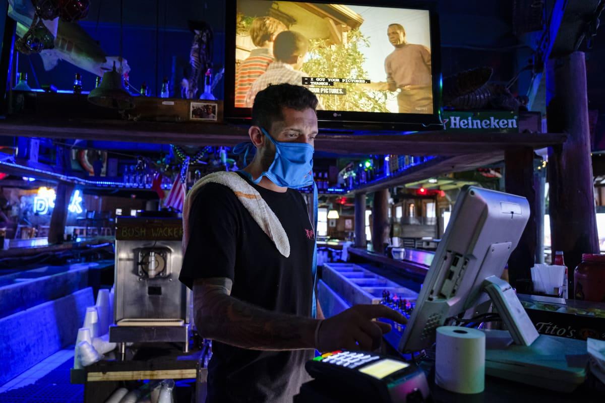 Työntekijä tyhjässä baarissa Floridassa.