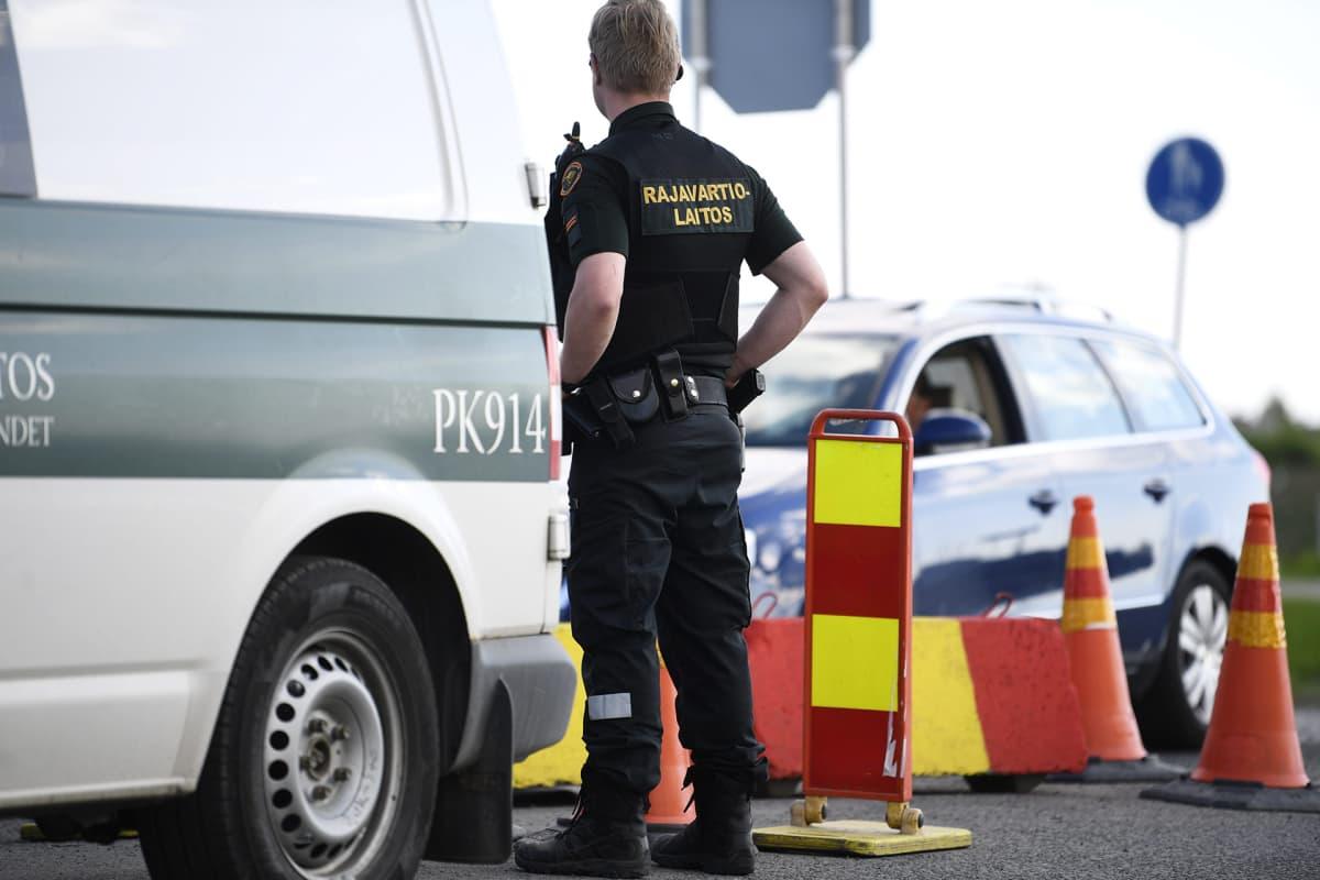 Ruotsista Suomeen tulevaa liikennettä tarkastetaan Tornion raja-asemalla 4. kesäkuuta