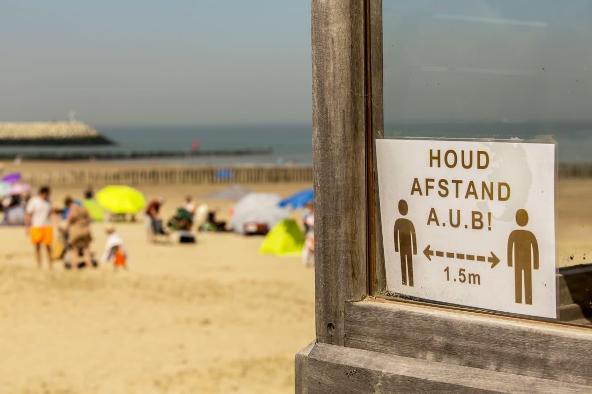 Turvaväleistä muistuttava kyltti uimarannalla Cadzandissa Hollannissa