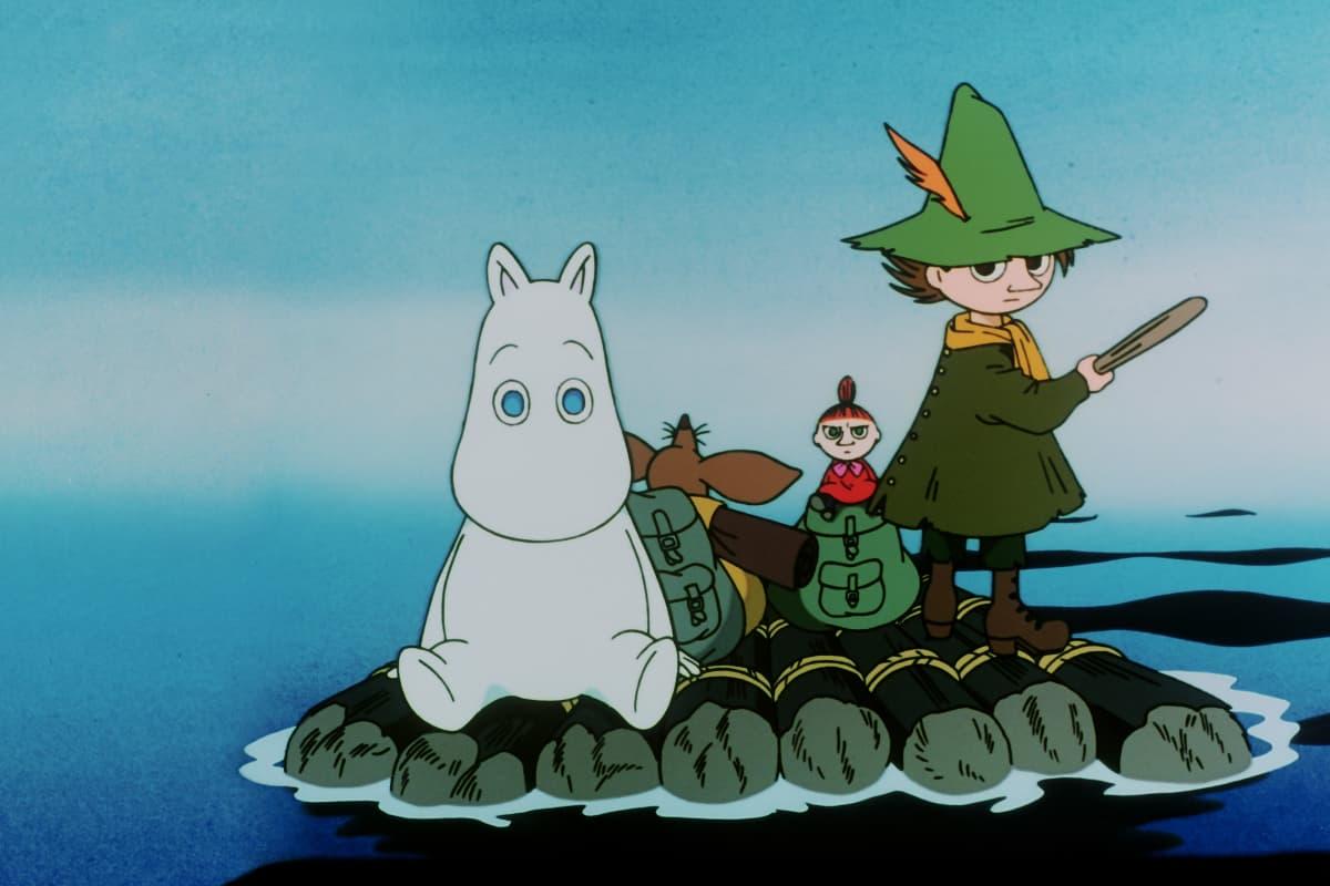 Kuva elokuvasta Muumipeikko ja pyrstötähti: Lautalla. Hahmot lipuvat sinisyydessä lautalla, Muumipeikko istuu lautan keskellä ja Nuuskamuikkunen ohjaa lauttaa. Heidän takanaan on Pikku-Myy ja Nipsu.