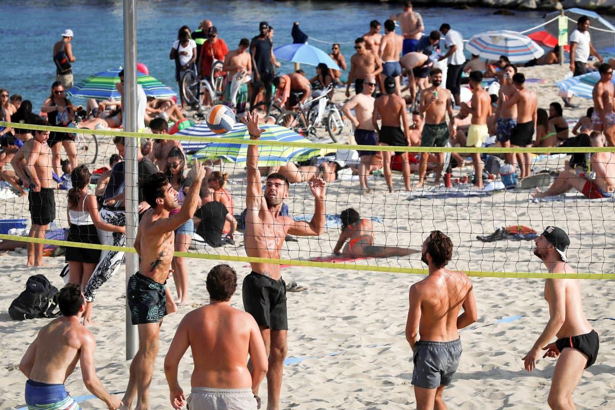 Ihmisiä rannalla Barcelonassa.