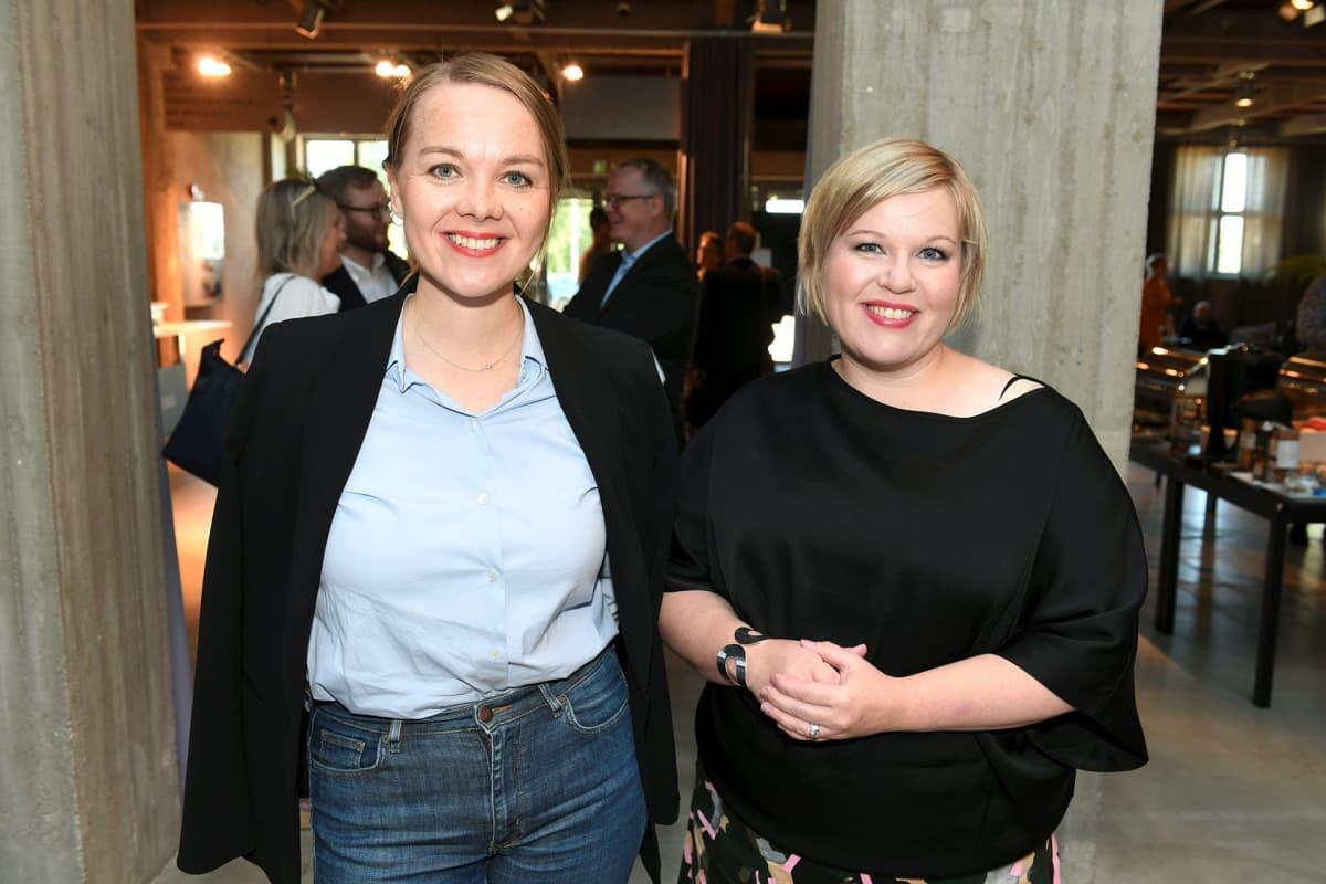 Keskustan puheenjohtaja Katri Kulmuni ja tiede- ja kulttuuriministeri Annika Saarikko hallituspuolue keskustan eduskuntaryhmän kesäkokouksessa Hämeenlinnassa 20. elokuuta 2020