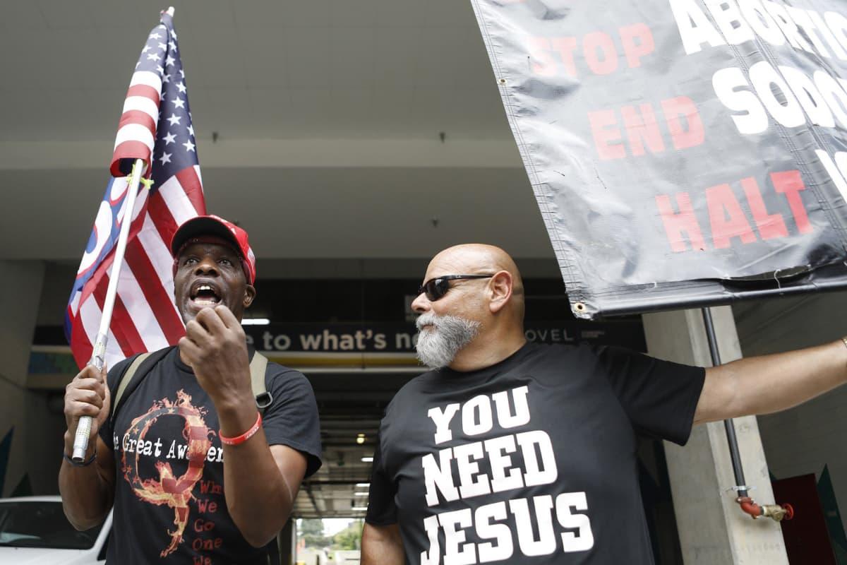 QAnonin tunnuksia kantanut mies esiintyi Trumpin kannattajatilaisuudessa republikaanien puoluekokouksen liepeillä Pohjois-Carolinassa elokuussa.