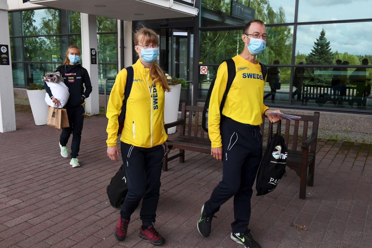 Ruotsin joukkueen jäseniä saapumassa Tampereen lentoasemalle.