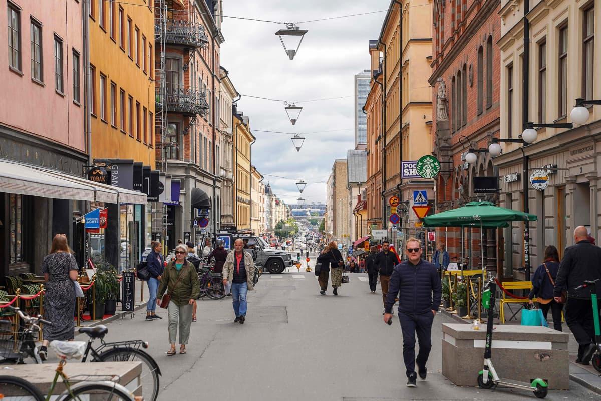 Ihmisiä Tukholman keskustassa.