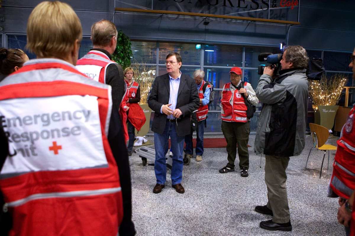 Kalle Löövi evästää tammikuussa 2010 Helsinki-Vantaan lentokentällä Haitin maanjäristysalueelle lähteviä SPR:n auttajia.