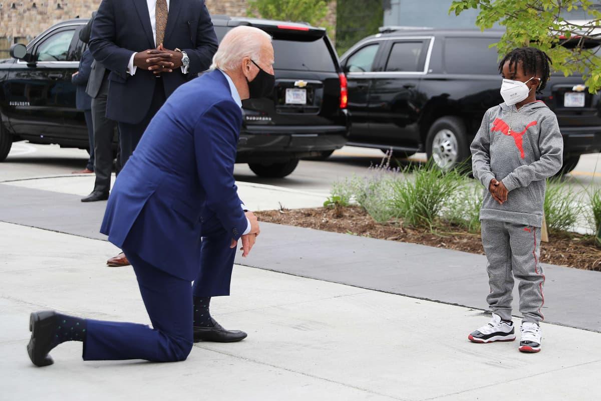 Joe Biden kampanjoi Warrenissa Michiganissa.