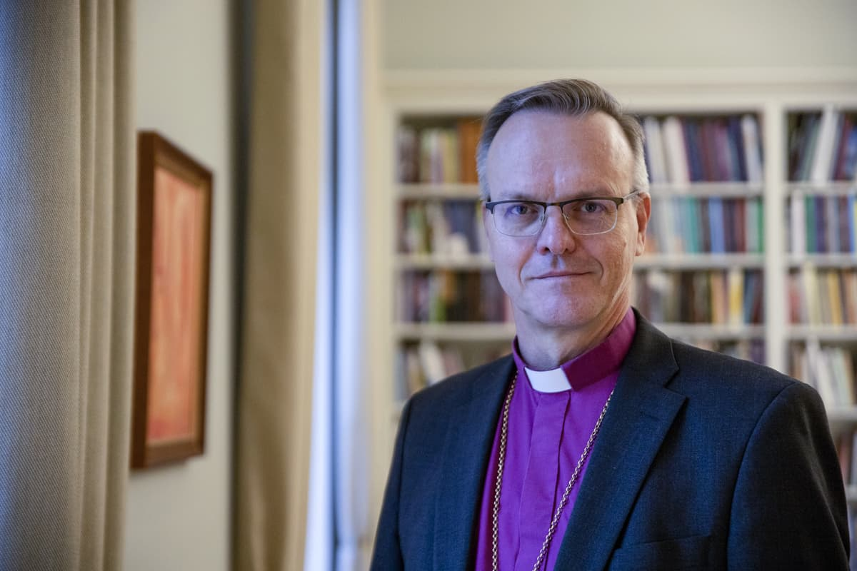 Arkkipiispa Tapio Luoma työhuoneessaan