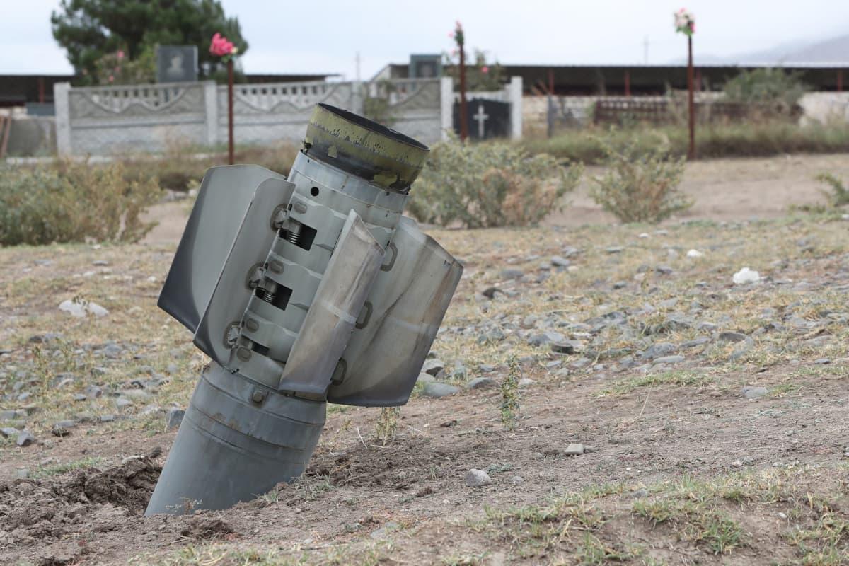 Azerbaidžanin tykistön ampuma, räjähtämättä jäänyt ohjus Ivanjanin kylässä, Vuoristo-Karabahissa.