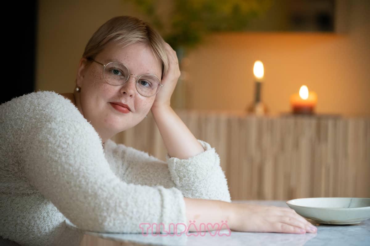 Vilja Jääskeläinen nojaa keittiön pöytään.