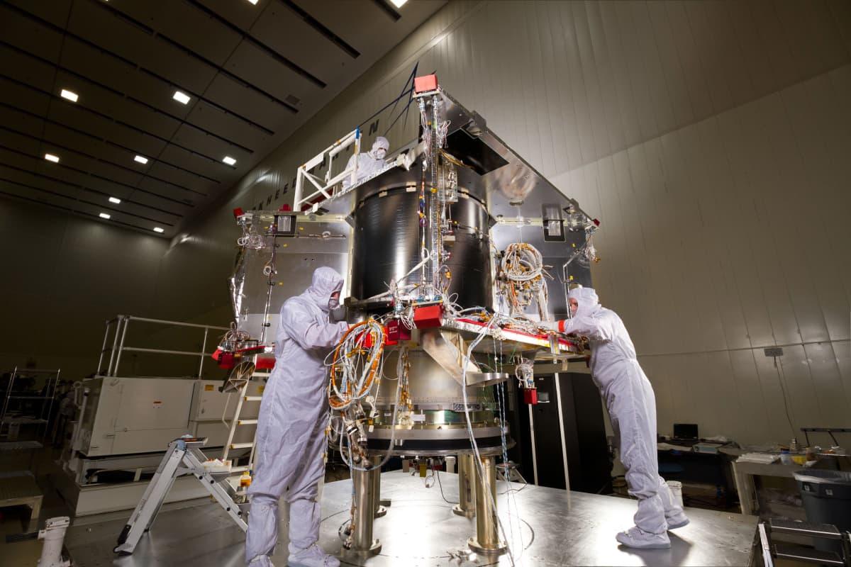 OSIRIS-REx-alus kokoamisvaiheessaan vuonna 2015.
