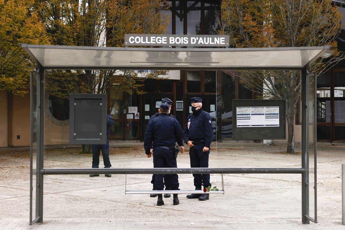 Ranskalaisia poliiseja Bois d'Aulne -koulun edustalla 17. lokakuuta.