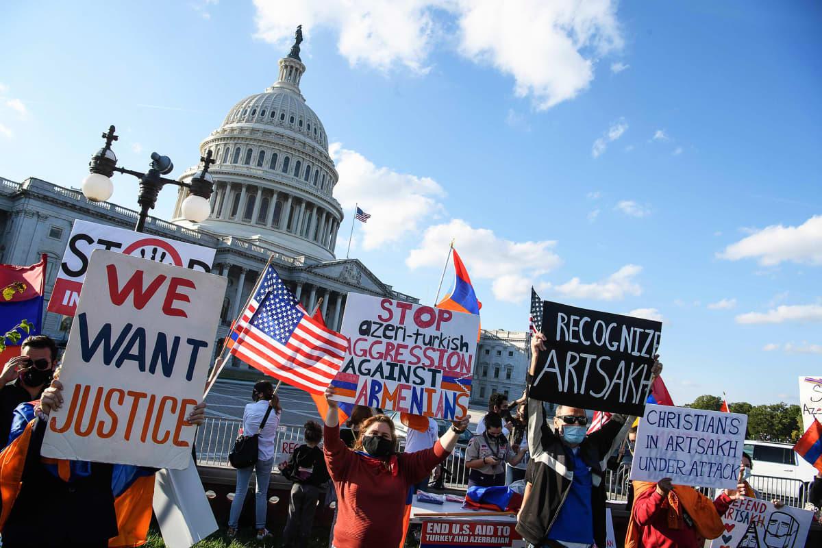 Armenialaistaustaisia mielenosoittajia Washingtonissa.