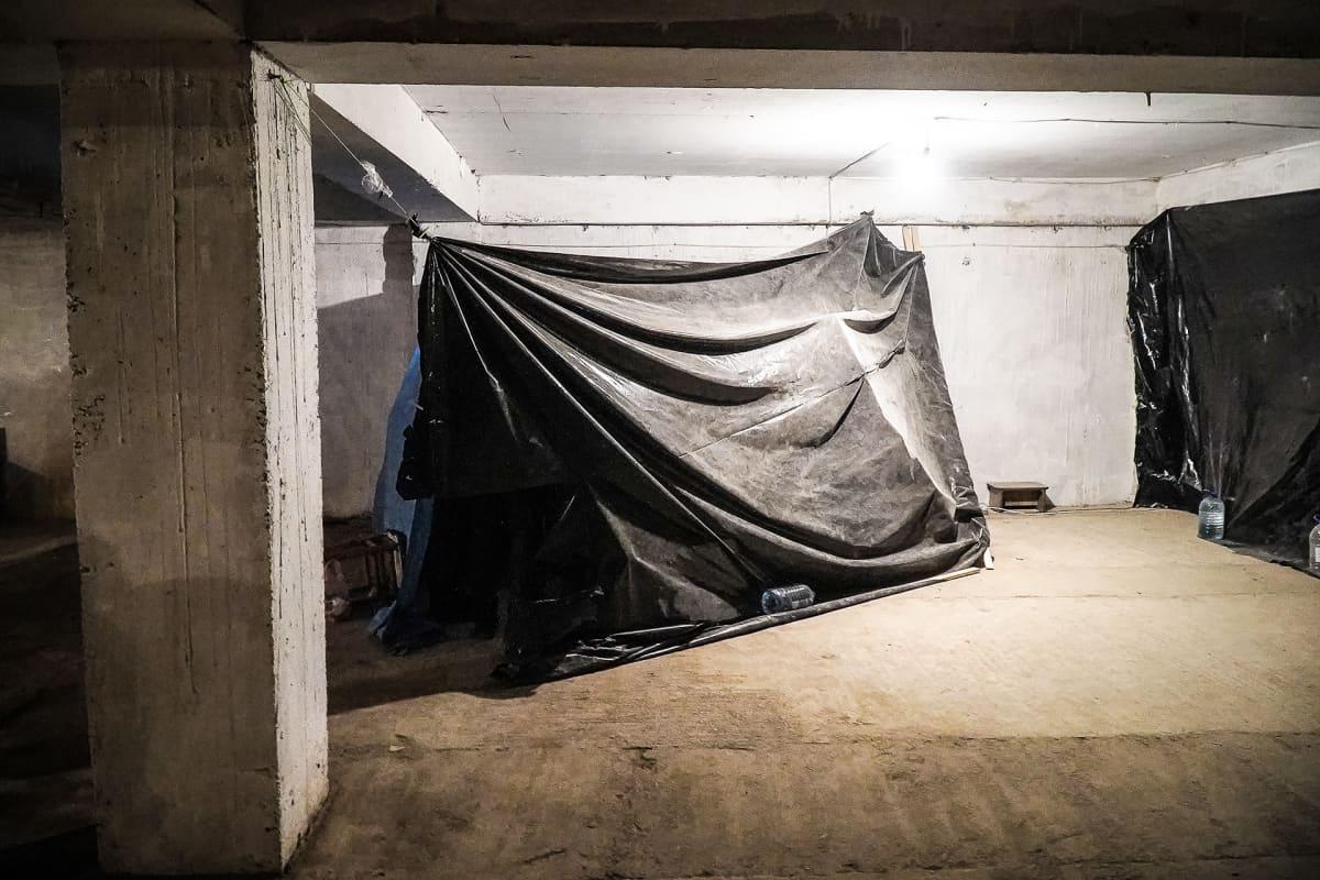 Pommisuojassa, kerrostalon autotallissa, sairastuneet on eristetty muoveilla. Vuoristo-Karabahin asukkaat viettävät yönsä ahtaissa pommisuojissa.