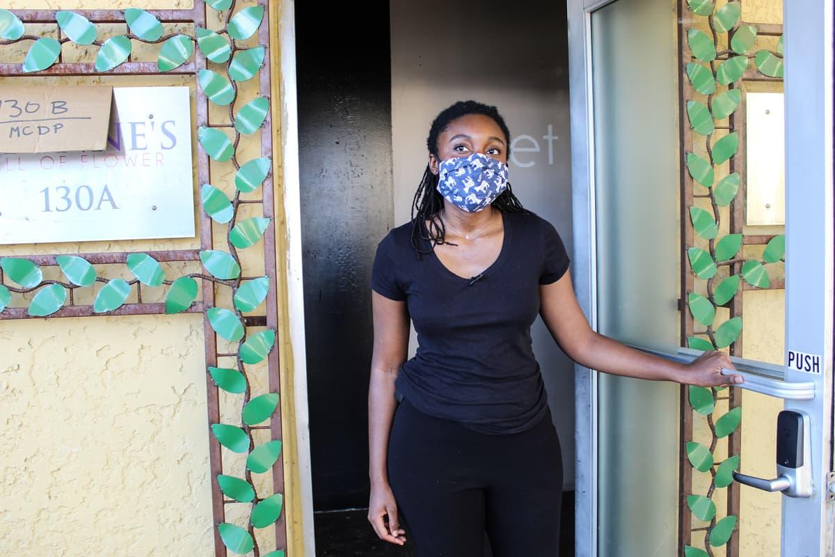 Jasmine Lockhart avaa oven demokraattien vaalitoimistoon.