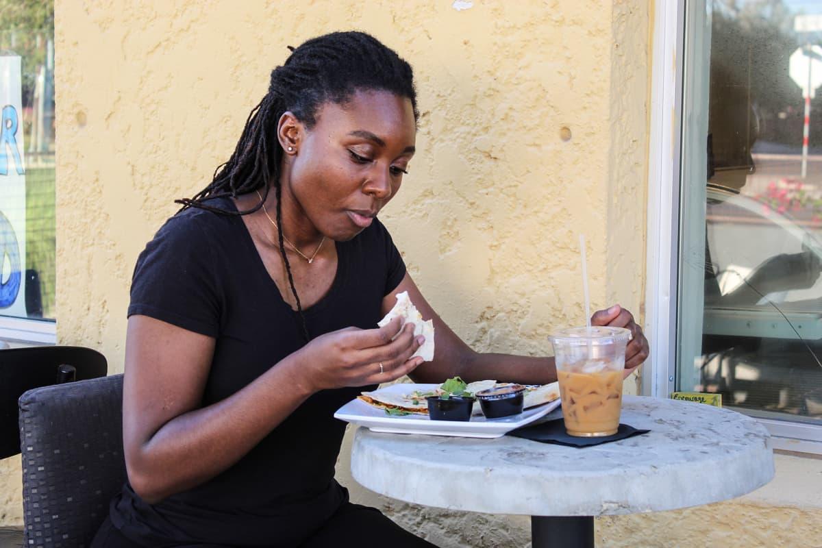 Jasmine Lockhart lounastauolla.