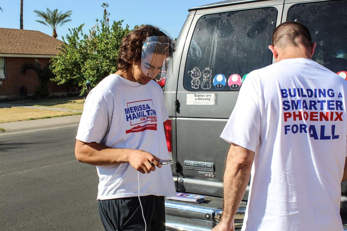 Jordan Conradson ja Danny Romero lähdössä kiertämään ovelta ovelle.