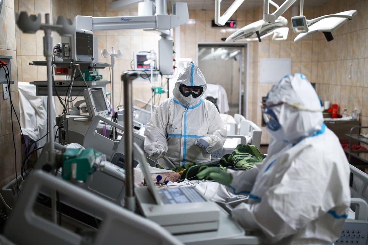 Koronapotilaan hoitoa Moskovan Filatov-sairaalassa.