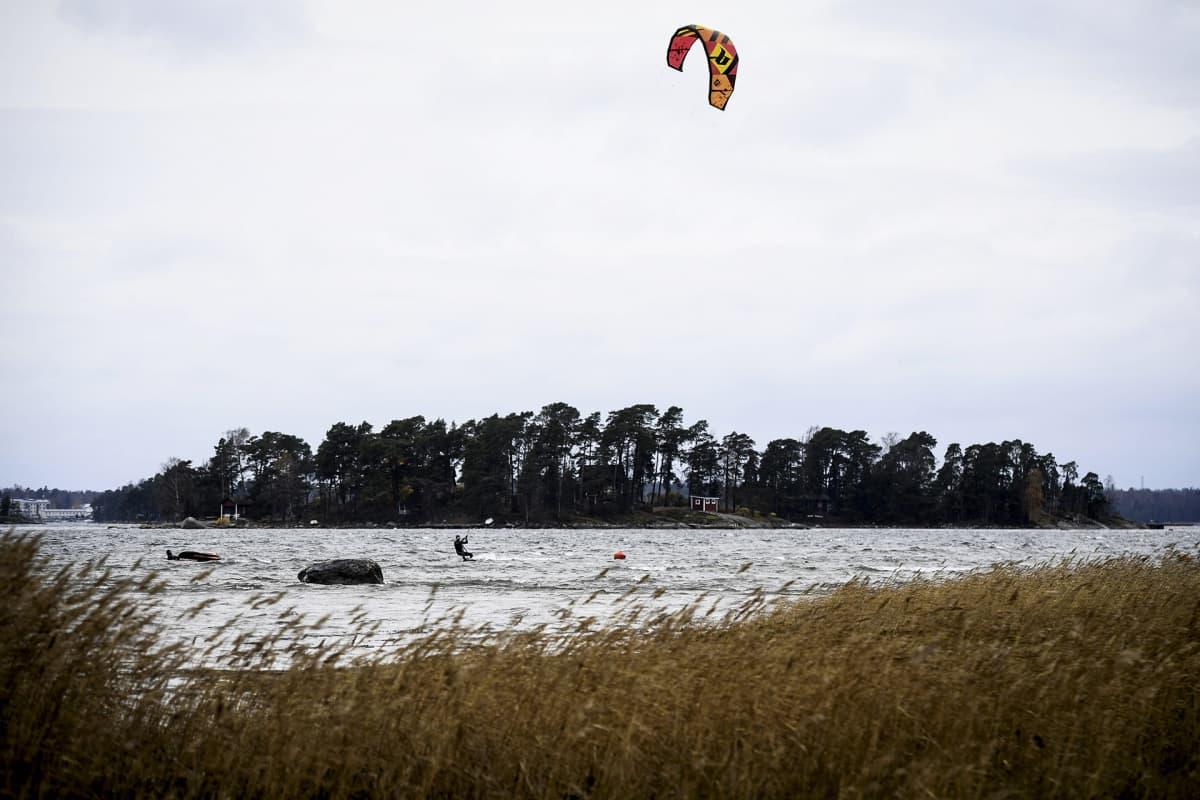 Leijalautailija tuulisessa säässä Kallahdenniemen rannalla Helsingissä 2. marraskuuta. Suomeen leviää tänään myrskyävää säätä ja kovat tuulet sekä vesisateet moukaroivat etenkin maan länsiosia.