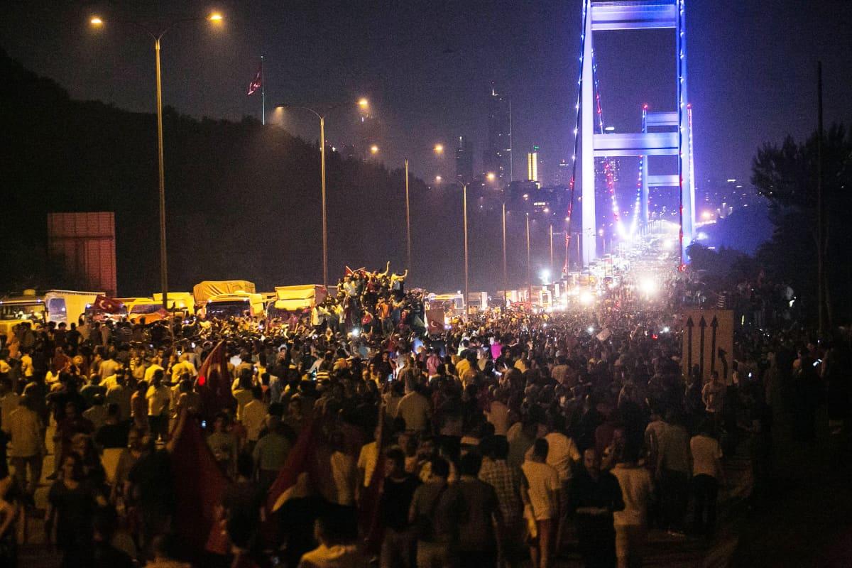Mielenosoittajia Istanbulissa 15. heinäkuuta 2016.
