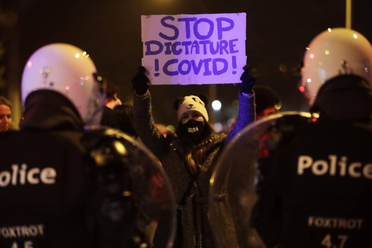 Liikkumisrajoituksia vastustava mielenosoitus Belgian Liegessa.