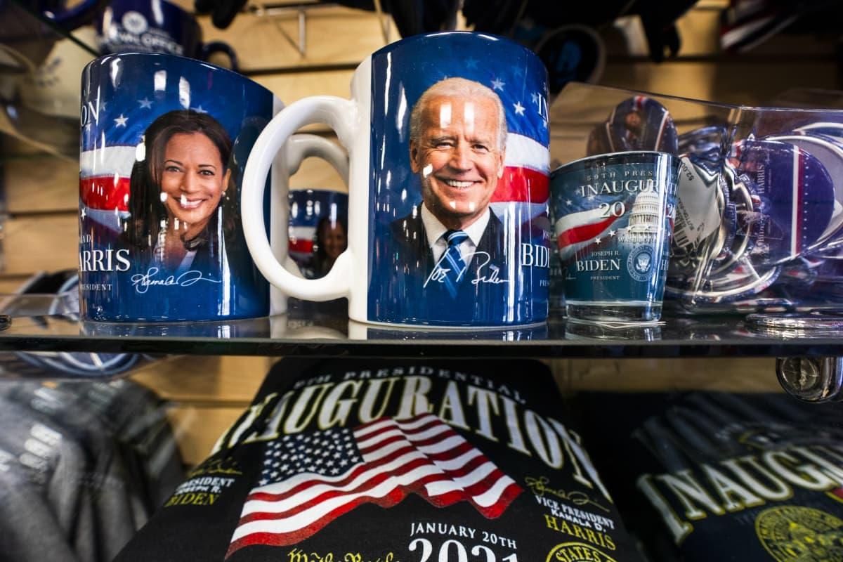 Yhdysvaltain presidentinvaihdokseen liittyvää matkamuistotavaraa.