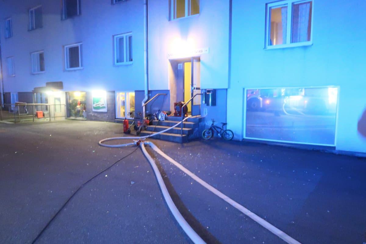Keski-Uudenmaan pelastuslaitos sammutti tulipalon Vantaan Lähdepuistontiellä.