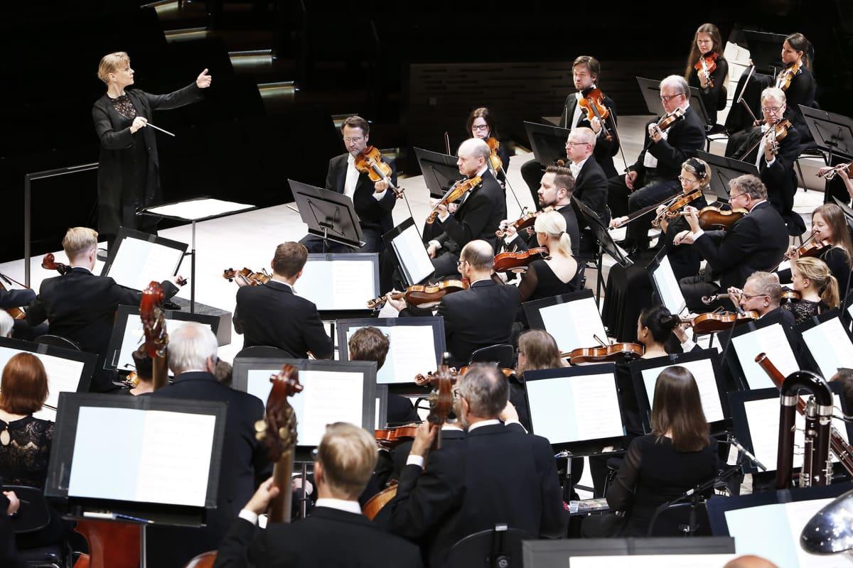 Susanna Mälkki johtaa Helsingin kaupunginorkesteria.
