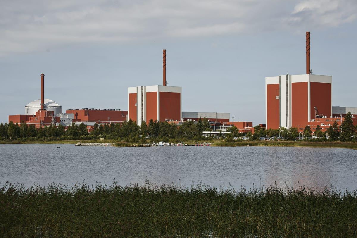 Teollisuuden Voima OYj:n (TV0) Olkiluodon kolme ydinvoimalaitosyksikköä OL 1 (kesk.) , OL 2 (oik.) ja OL 3 Eurajoella.