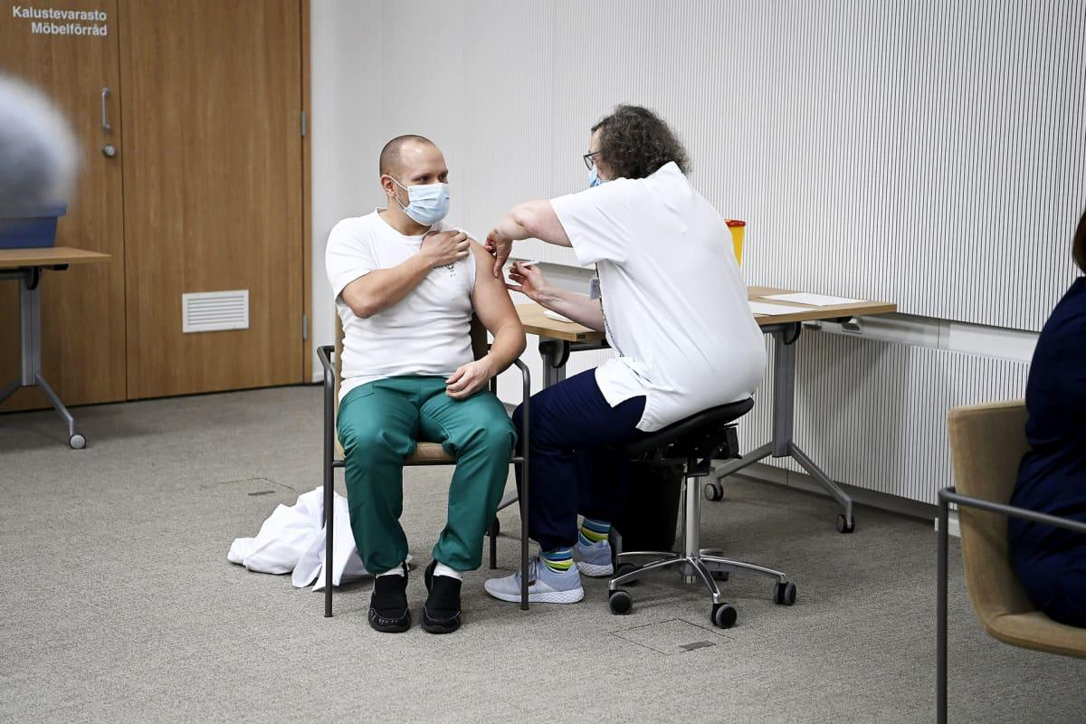 Lääkäri Benny Hellqvist saa koronarokotuksen sunnnuntaina 27.12.