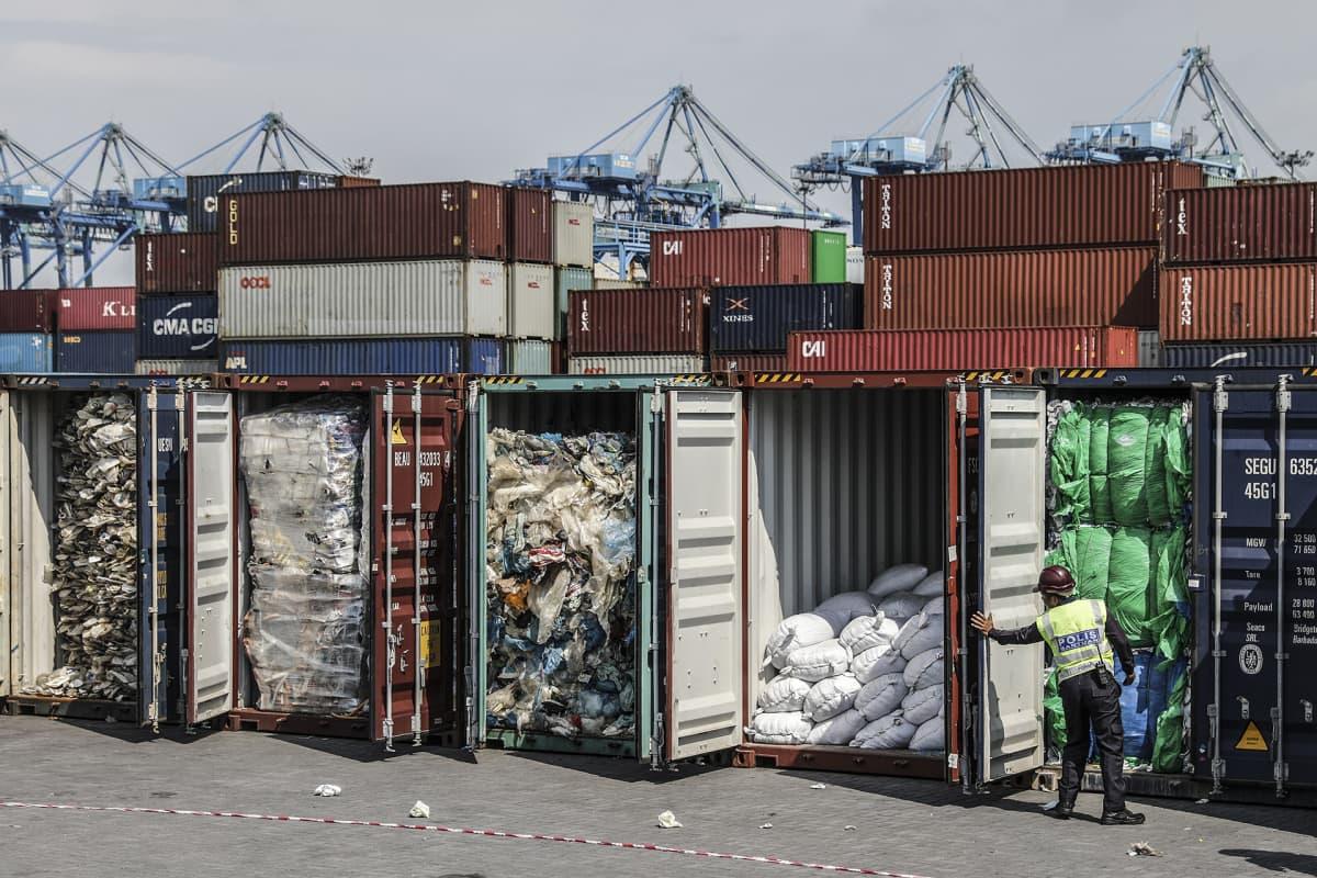 Malesialaiset poliisit tarkastavat satamassa kontteja jotka ovat täynnä muovijätettä Australiasta, Amerikasta, Saudi-Arabiasta, Japanista, Espanjasta ja Bangladeshistä.