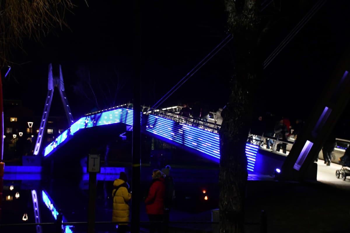Uudenvuodenaattona Porvoonjoen ylittävän kävelysillan valot näkyvät puoleen yöhön saakka, muulloin iltakymmeneen.