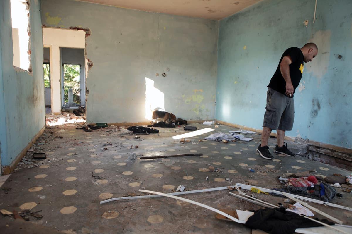 Alejandro Apkarian esittelee vastapäistä taloa, jossa käy hänen mukaansa nykyään narkomaaneja.