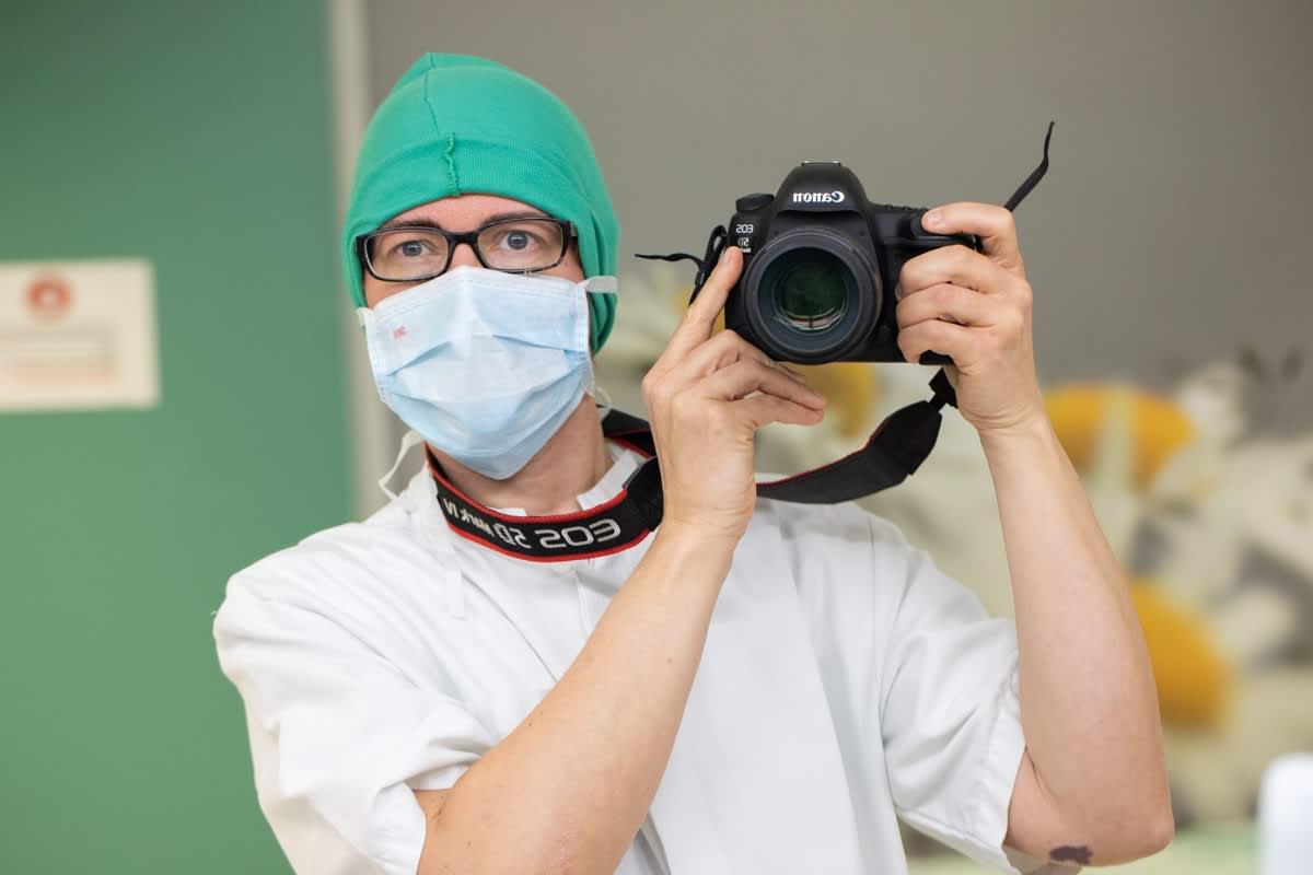 """Heli Kurimo kuvasi sairaalauransa alussa sydänleikkauksen, jonka jälkeen hän otti tämän selfien: """"Oli sellainen olo, että jes, selvisin."""""""