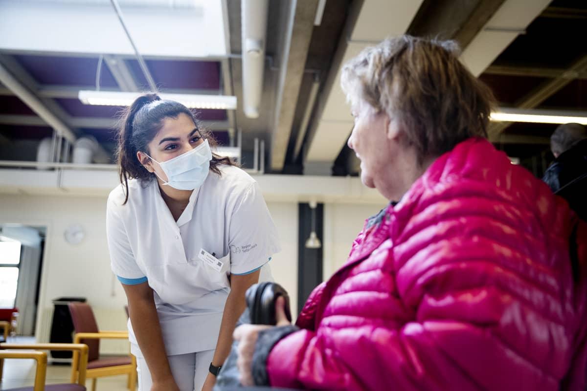 Hoitaja Fatima puhuu Lilja Larsenin kanssa