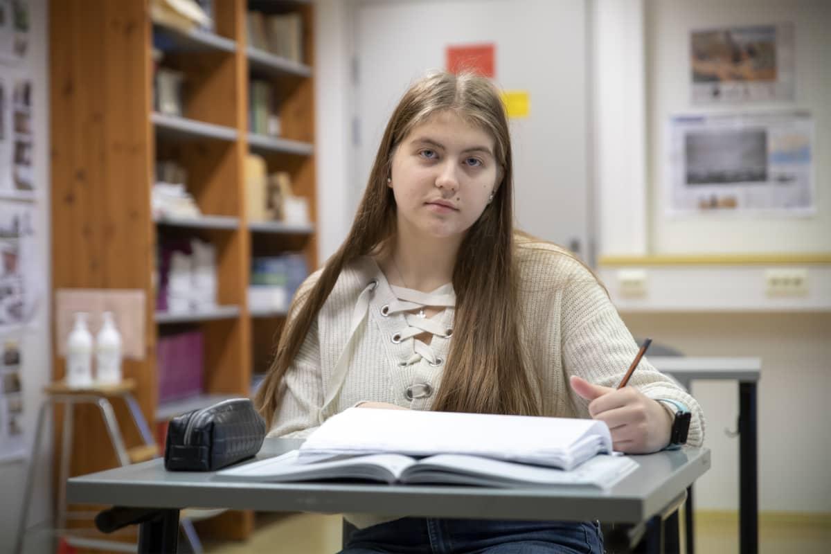 9-luokkalainen Tessa Seppälä koululuokassa