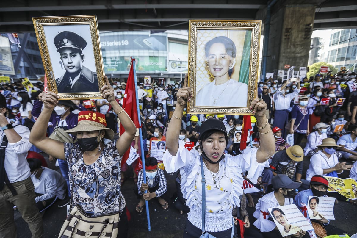 Mielenosoittajia kadulla Yangonissa.