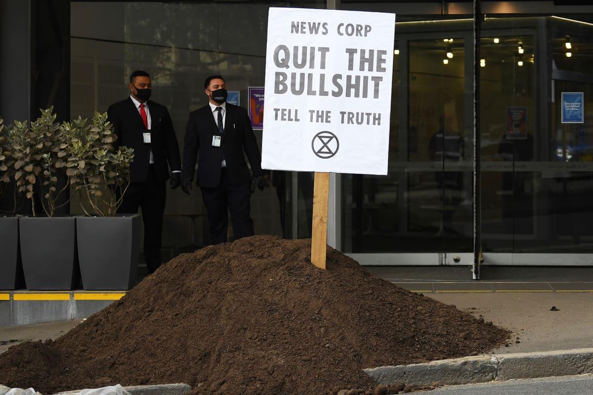 Quit the bullshit -kyltti News Corp Australian toimiston ulkopuolella Sydneyssä.